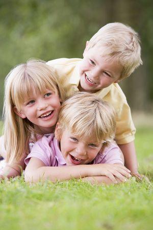 brat: 3 dzieci bawiące się poza