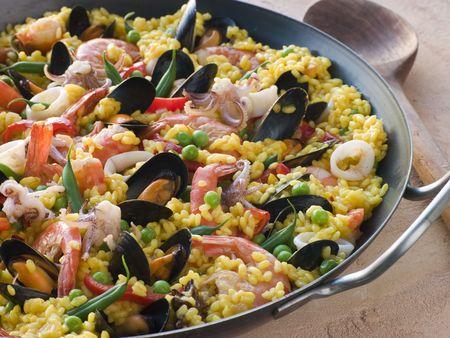 Paella fruits de mer dans une Paella Pan