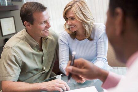 arzt gespr�ch: Paar in Absprache in IVF-Klinik im Gespr�ch mit Arzt