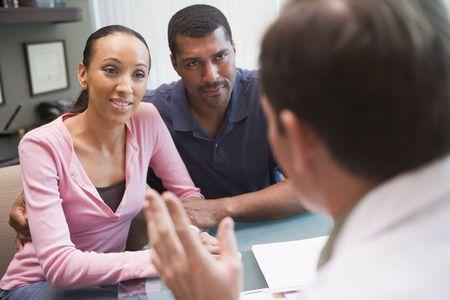 arzt gespr�ch: Paar mit Diskussion mit Arzt IVF-Klinik in der Sitzung am Schreibtisch  Lizenzfreie Bilder