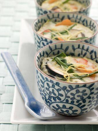 noone: Vapore salato Custards su una targa  Archivio Fotografico