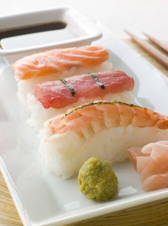 moulded: Moldeado a mano de mariscos Wasabi Sushi salsa de soja y sushi de jengibre  Foto de archivo