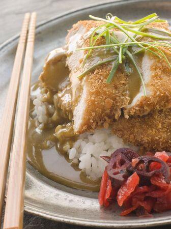 noone: Plated Tonkatsu con salsa di aceto RiceCurry e Pickled rosso Ravanello