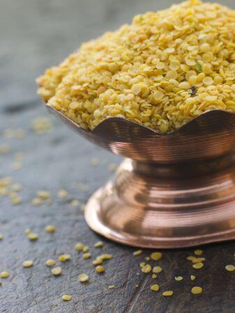 noone: Piatto di semi di colore giallo senape  Archivio Fotografico