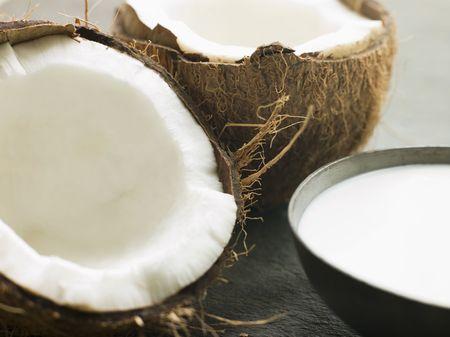 分割の新鮮なココナッツとココナッツ ミルクの皿 写真素材