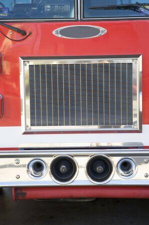 motor ardiendo: Delante de un cami�n de bomberos