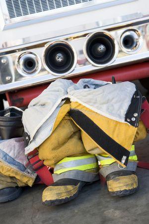 FIRE ENGINE: Lutte contre les incendies uniformes devant un camion d'incendie