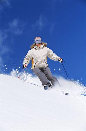 Sciatore che scende sorridente collina
