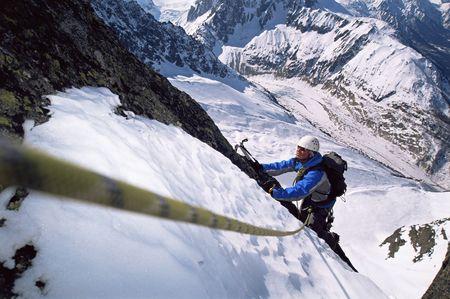 mountain climber: Alpinista salendo nevoso montagna