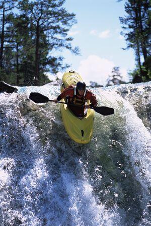 cascades: Kayaker in stroomversnellingen ga waterval (selectieve aandacht) Stockfoto