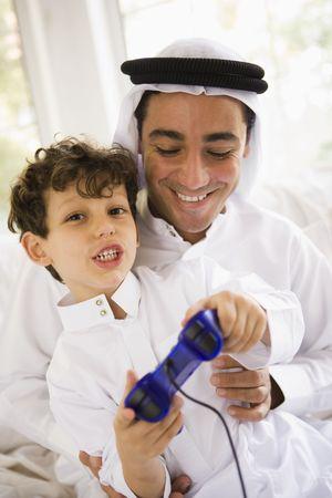 thobes: Padre e hijo en la sala de juegos de video y sonriente (clave de alta  selectiva enfoque)