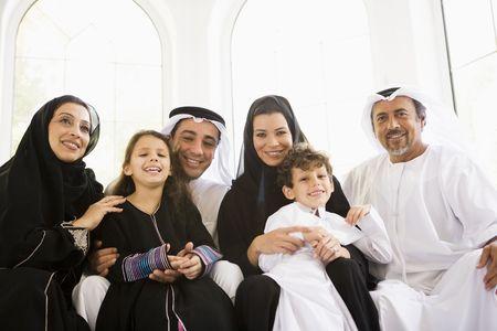 thobes: Familia sesi�n en sala sonriente (clave de alta  selectiva enfoque)  Foto de archivo