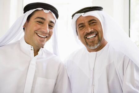 high key: Due uomini seduti al chiuso sorridente (alta chiave)  Archivio Fotografico