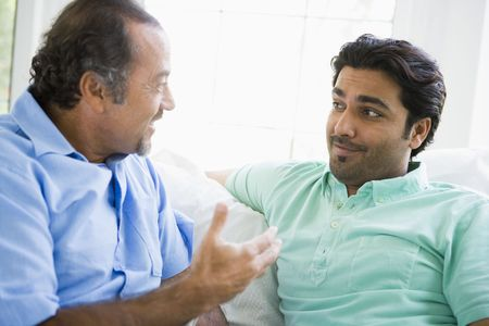 dos personas hablando: Dos hombres en la sala de hablar y sonreír (clave de alta)  Foto de archivo