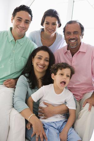 high key: Famiglia seduta in salotto sorridenti (alta chiave)  Archivio Fotografico