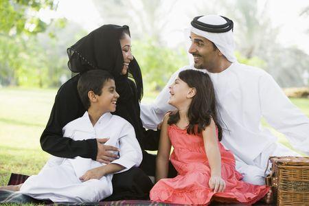 thawbs: Familia en el parque al aire libre con un picnic y sonriente (atenci�n selectiva)