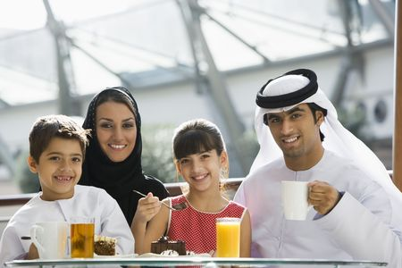hombre comiendo: Familia restaurante a comer postre y sonriente (atenci�n selectiva)
