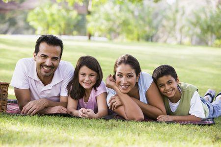 esposas: Familia al aire libre en el parque con picnic sonriente (atenci�n selectiva)  Foto de archivo