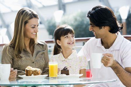 pareja comiendo: Familia restaurante a comer postre y sonriente (atenci�n selectiva)
