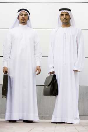 thobes: Dos hombres de negocios de pie al aire libre con maletines