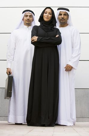 thawbs: Tres hombres de negocios de pie sonriente al aire libre