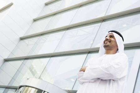 thawbs: Empresario permanente al aire libre mediante la construcci�n de sonre�r  Foto de archivo