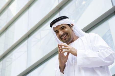 thobes: Empresario de la construcci�n al aire libre, usando aud�fonos y sonriente