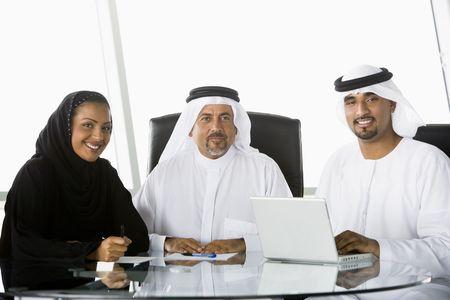 thawbs: Tres hombres de negocios en el cargo con el ordenador port�til sonriente (clave de alta  selectiva enfoque)
