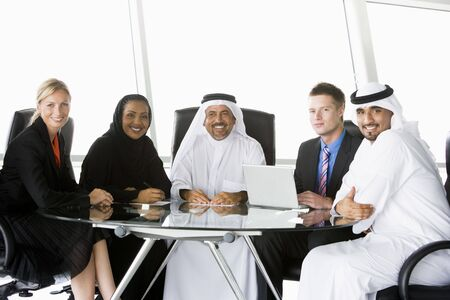 negocios internacionales: Cinco hombres de negocios en la oficina port�til con sonriente (clave de alta  selectiva enfoque)