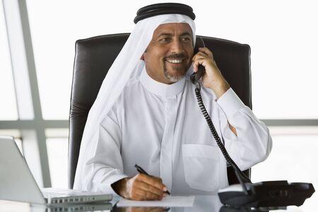 thobes: Empresario a cargo el tel�fono port�til de sonriente (clave de alta  selectiva enfoque)