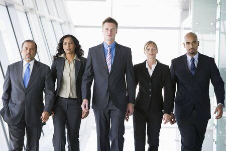 Groupe de co-travailleurs de marche dans l'espace de bureau (haute clé)