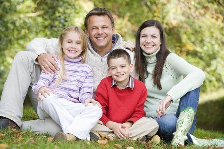 pareja de esposos: Familia sonriente sentado al aire libre (atenci�n selectiva)