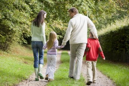 ni�os caminando: Familia caminando en la ruta al aire libre sonriente (atenci�n selectiva)