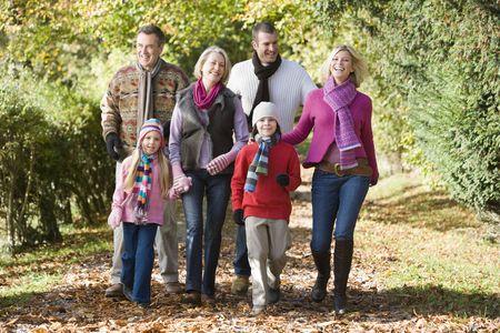 屋外 (セレクティブ フォーカス) 笑みを浮かべてパス上を歩いての家族