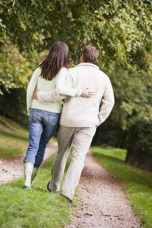 parejas caminando: Pareja caminando en la ruta al aire libre en el parque (atenci�n selectiva)