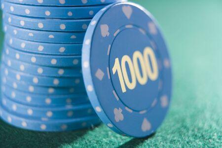 noone: Poker chips accumulata su un tavolo di poker con un migliaio di chip mostrando (vicino  messa a fuoco selettiva)  Archivio Fotografico