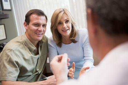Paar in overleg op IVF-kliniek (selectieve aandacht) Stockfoto