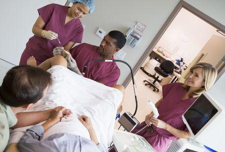 ovario: Doctor recuperar los huevos de ovario mediante ecograf�a vaginal  Foto de archivo