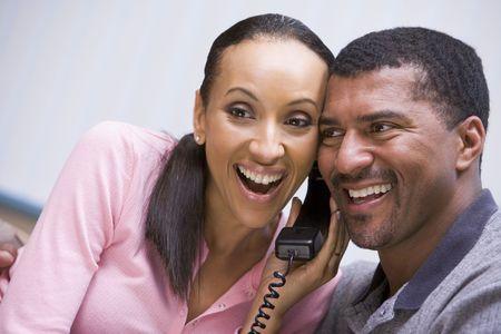 deux personnes qui parlent: Couple de recevoir une bonne nouvelle appel t�l�phonique de la clinique Banque d'images