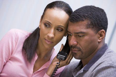 gente comunicandose: Pareja de recibir una mala noticia llamada telef�nica de la cl�nica