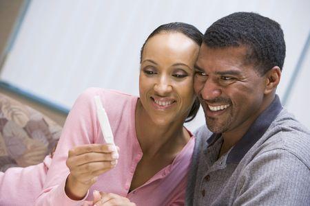 test de grossesse: Couple avec le sourire test de grossesse