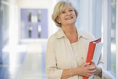high key: Donna in piedi nel corridoio con libri (alta chiave)