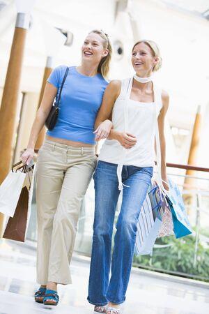 low angle views: Dos mujeres en un centro comercial  Foto de archivo