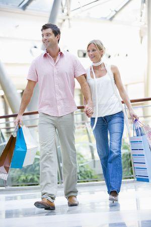 affectionate action: Pareja joven a un centro comercial
