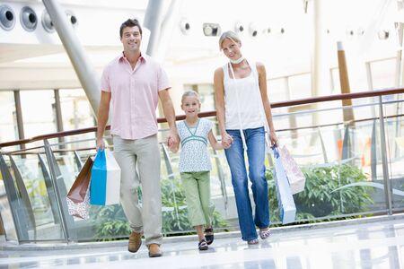 ni�os de compras: Madre y padre con hija en un centro comercial  Foto de archivo