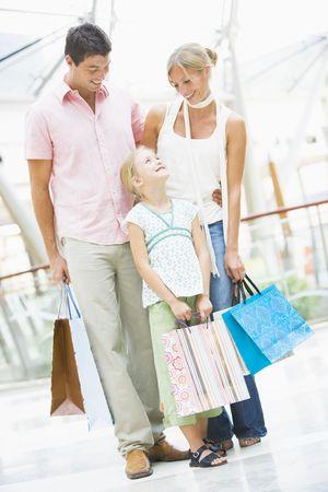 low angle views: Madre y padre con hija en un centro comercial  Foto de archivo