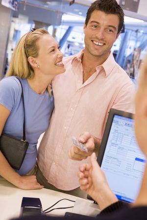 oficinista: El hombre para pagar las compras con tarjeta de cr�dito  Foto de archivo