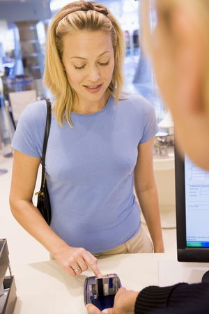 swindle: Woman paying for purchases with credit card Stock Photo