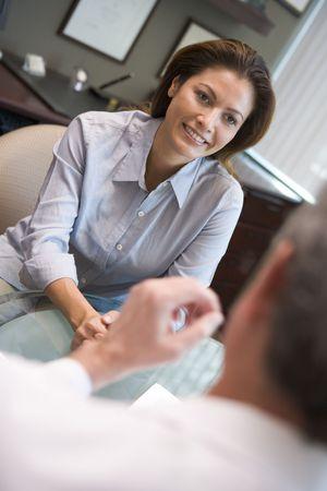 Pacjent: Kobieta w drodze konsultacji w klinice IVF (selektywne focus)
