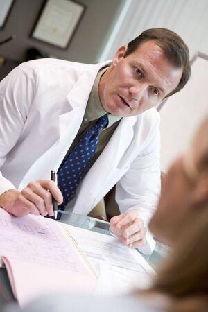 arzt gespr�ch: Arzt in Absprache mit Frau bei IVF-Klinik (selektive Fokus) Lizenzfreie Bilder